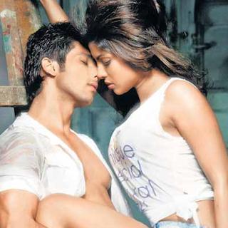 கணவரை இறுக்கமா கட்டிபிடிச்சிருக்கீங்களா?? Hot-Couple-Priyanka-and-Shahid-3