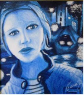 Desenho todo pintado de azul mostra um rosto feminino sob uma luz indireta; atrás, uma paisagem noturna e urbana mostra trecho de uma rua, com um carro e construções.