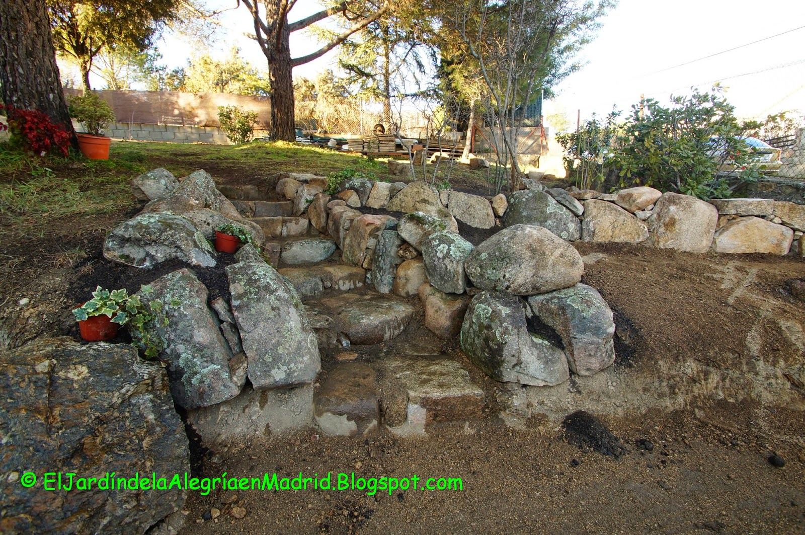 El jard n de la alegr a la salida del jard n secreto for Construir una escalera de jardin de madera