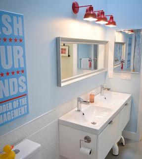 kamar+mandi+anak+kecil+warna+putih+biru+laut Desain kamar mandi kecil cantik untuk anak anak