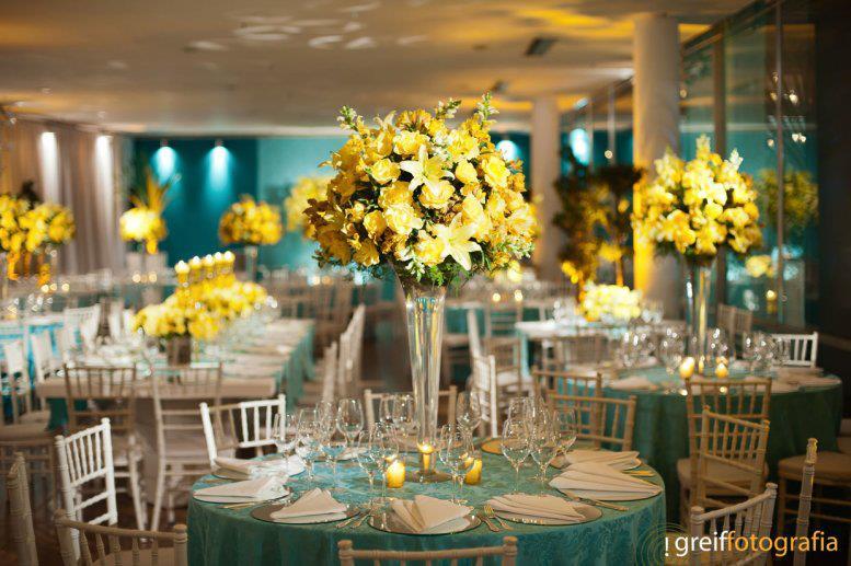 decoracao de casamento azul tiffany e amarelo:flores fora que a noive de branco com um peep toe amarelo é de