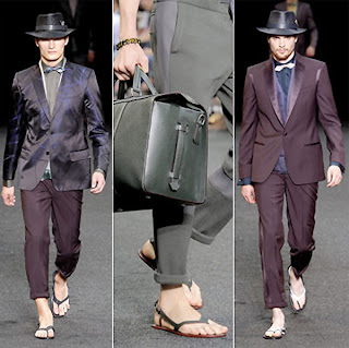 Desfile masculino da griffe Louis Vuitton, terno, gravata e chinelo de dedo parecido com as extintas Havaianas Trekking.