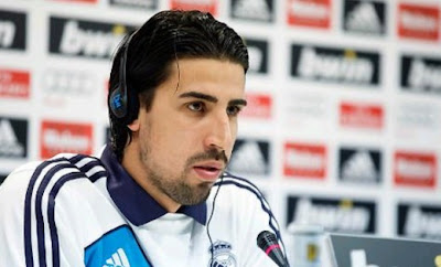 Sami Khedira at press conference with Real Madrid jersey