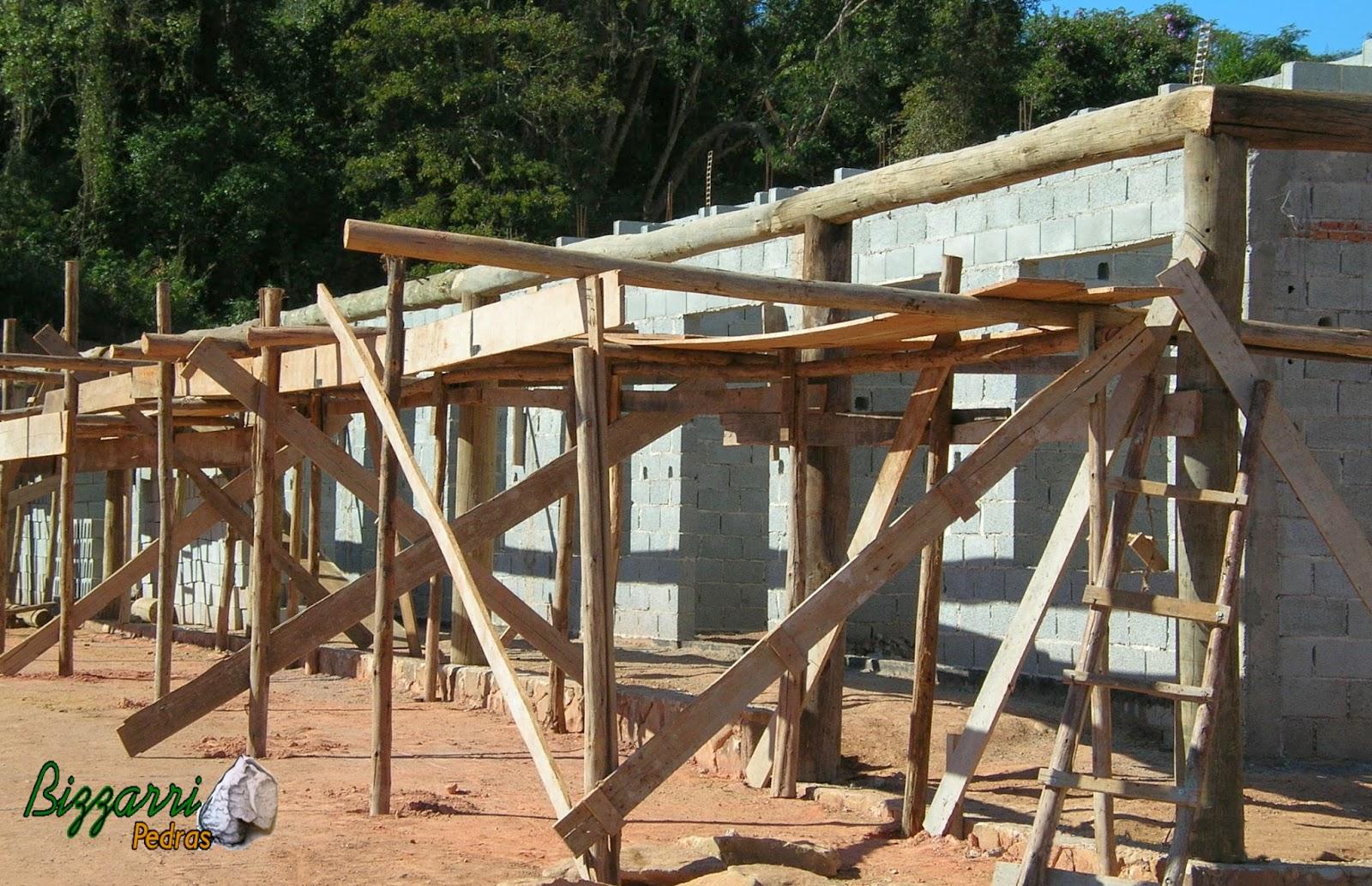 de demolição com a colocação de pilares de madeira em cima da #0C7ABF 1600x1034