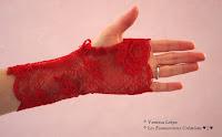 jolies mitaines rouge en dentelle de calais véritable et authentique réalisée de façon artisanale dans un atelier de confection de haute couture Vanessa Lekpa