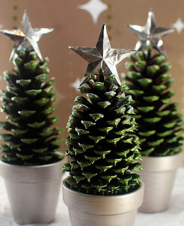 http://translate.google.es/translate?hl=es&sl=en&tl=es&u=http%3A%2F%2Fscissorsandspoons.com%2Fpine-cone-christmas-trees%2F