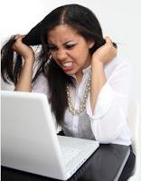 mujer jalandose los pelos estresada