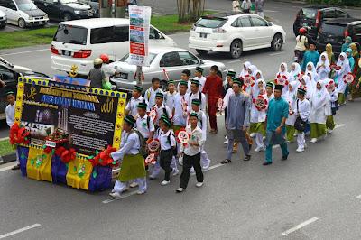 Kontingen SMK Luar Bandar No.1 Sibu semasa perarakan Maulidur Rasul Peringkat Sibu Sarawak