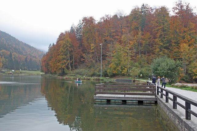 Ruderboot-Fahrt der Braut über den Riessersee in Garmisch, Herbst-Hochzeit