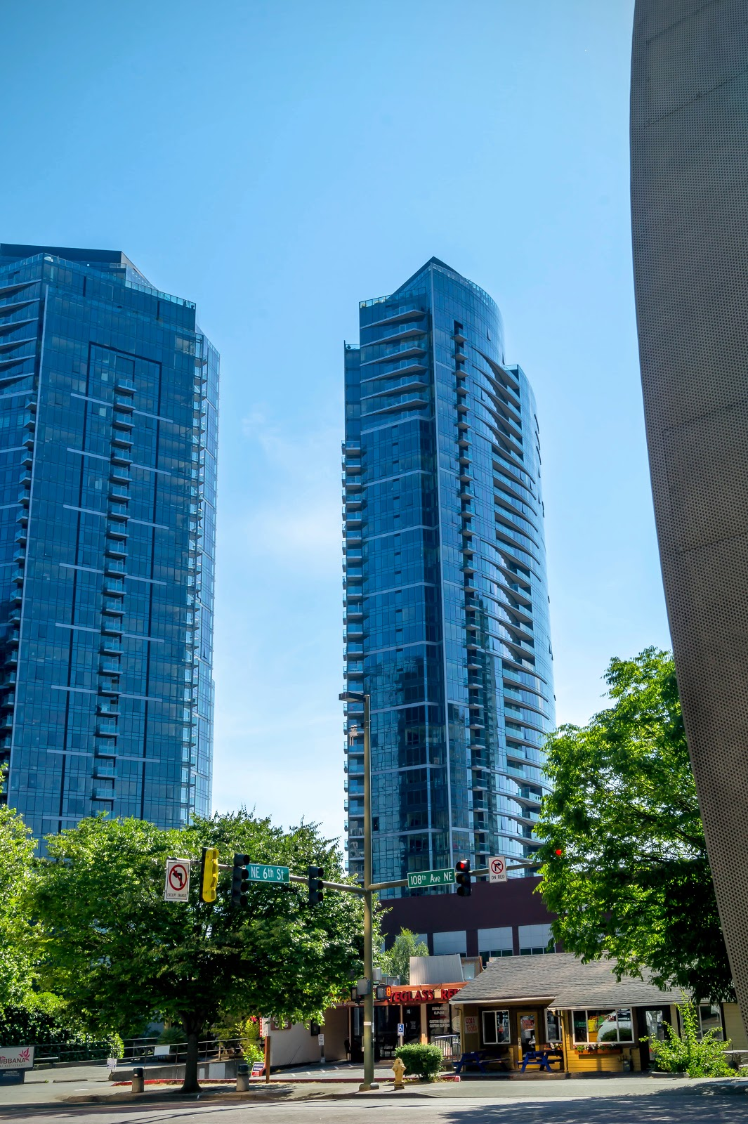 Сам город производит очень приятное впечатление и сильно отличается от центра Сиэтла. Здесь чисто, спокойно и очень зелено. Сверкающие новые здания радуют глаз.