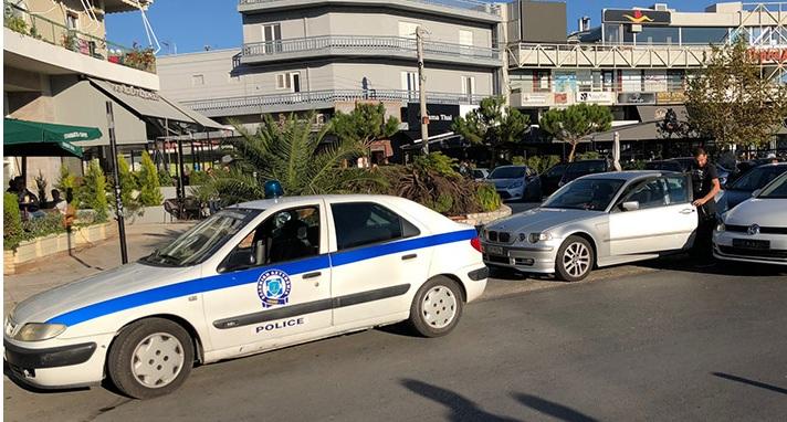 Γλυφάδα: Μαχαίρωσε αστυνομικό και επιχείρησε να «πατήσει» κι άλλους για μια κλήση [Βίντεο]