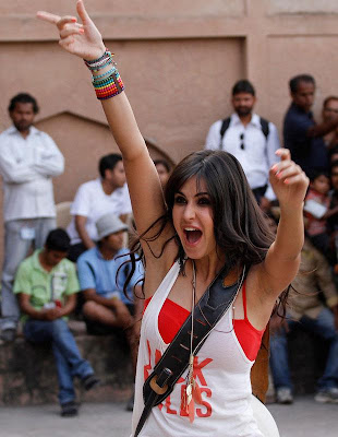 katrina kaif in jubilant mood during shot_FilmyFun.blogspot.com