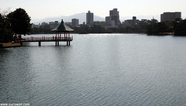 Pabellón en el lago del Parque Ohori de Fukuoka
