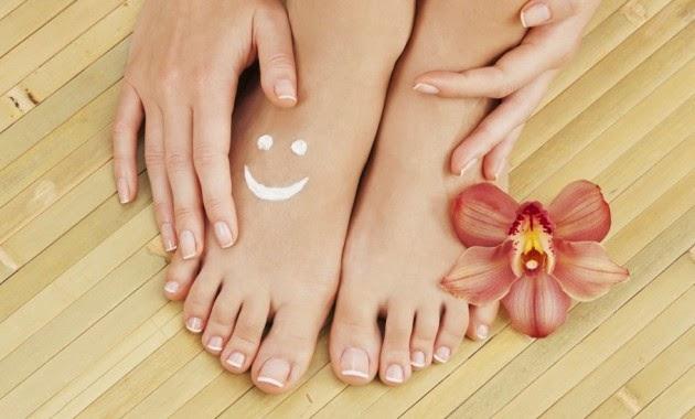 Los medios baratos del hongo sobre las uñas de los pies