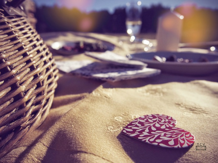 Picnic romántico en el campo, con cesta de mimbre, velas