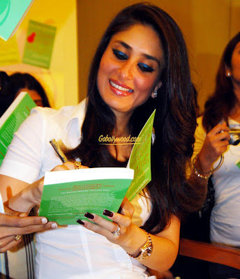 Kareena+Kapoor+giving+Outograph