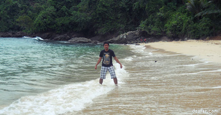 Mainan ombak di pantai karanggongso trenggalek