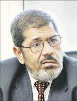 مرسي يجتمع بشباب الثورة ويعدهم بتنفيذ مطالبهم ويطالبهم باستمرار الضغط ليكسب انتخابات الرئاسة باسلوب وضع اليد!