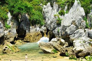 Playa de Gulpiyuri, bañista