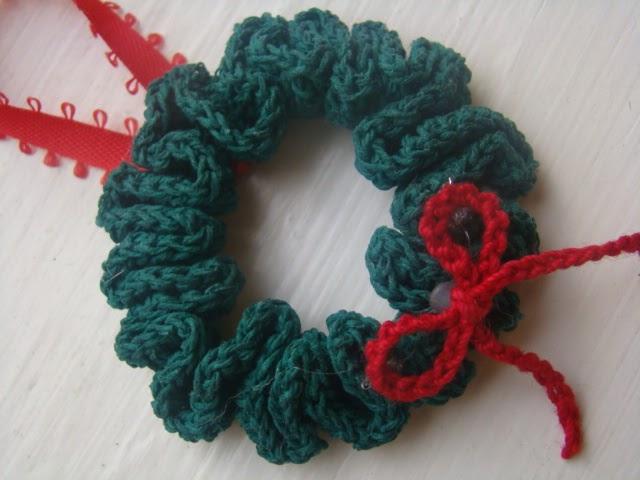 crafts by starlight  crochet christmas wreath ornament
