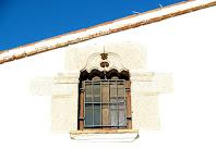 Finestra conopial a la façana de Can Ferrerons