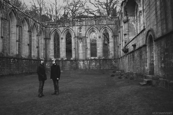 aliciasivert alicia sivertsson Fountains Abbey ruin ruins church monastery priory convent friary henry VIII tudor tudors house buildning black and white ruiner kloster kyrka hus byggnad men boys män pojkar