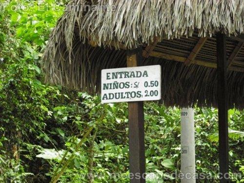 Letrero con los precios de entrada al Recreo Turístico Naciente del Río Tioyacu (Rioja, Perú)