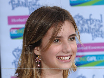 Actress Emma Roberts Smiling Wallpaper