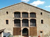 La façana de migdia del mas Vilanova, en la que destaquen les dues galeries triples amb arcs carpanells