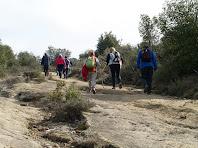 Caminant per sobre una llenca de calcàries grises a prop de la pedrera de la Roca dels Plans