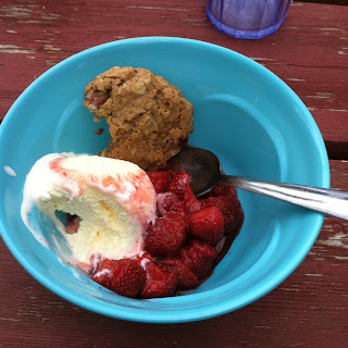 Macerated Strawberries with vanilla ice-cream and an oatmeal cookie - FoyUpdate.blogspot.com