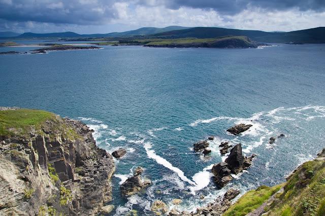 Landschafts mit Ozean und Klippen und bewölktem Wetter auf der grünen Insel Irland