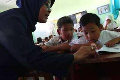 Pengangkatan guru non PNS itu dipakai untuk pemerataan kualitas pendidikan.