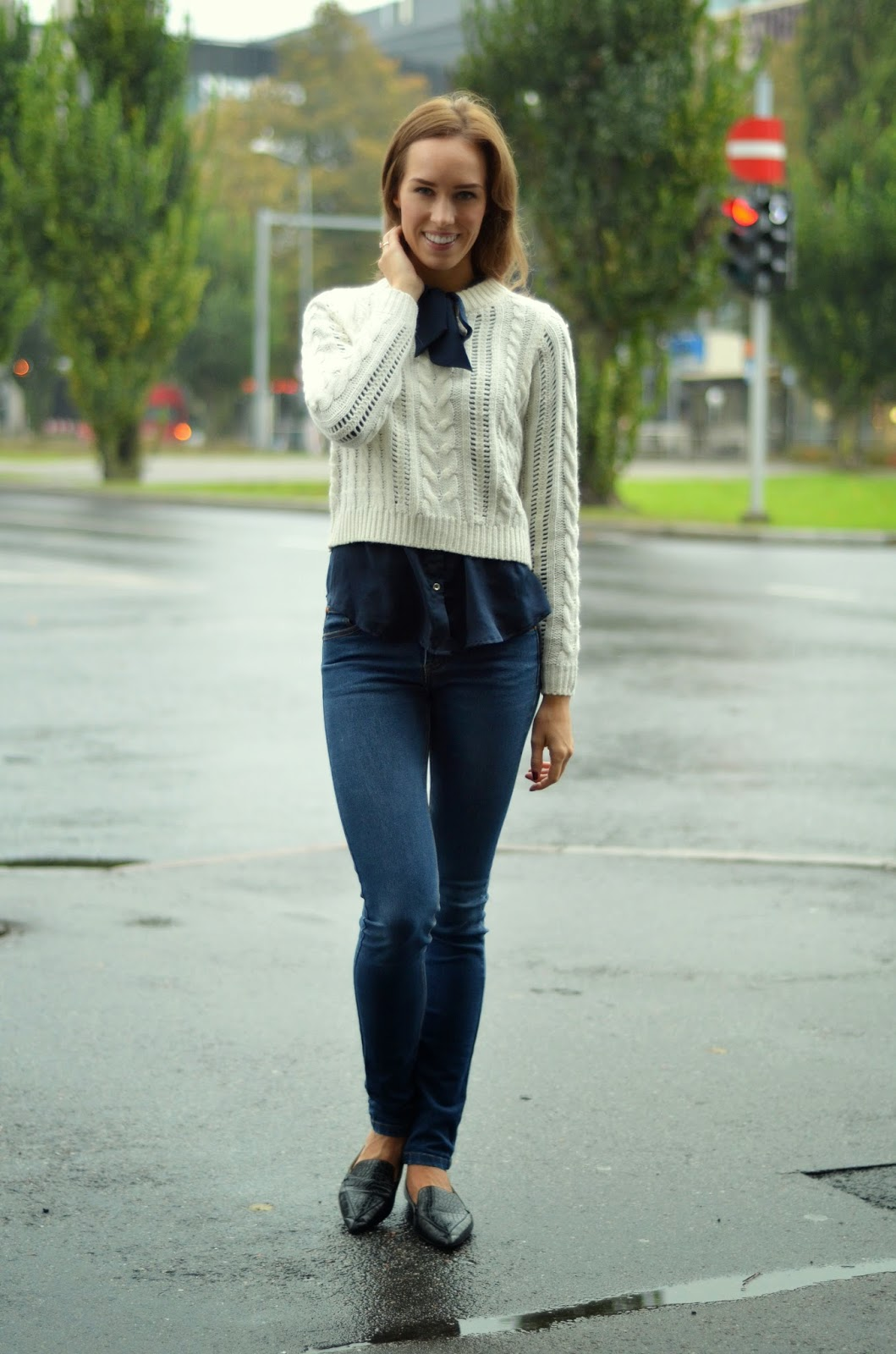 fall-outfit-white-jumper-blue-jeans-flats