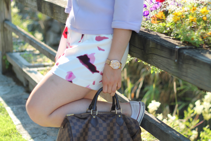 lavender star - streetstyle austria oesterreich kaernten carinthia klagenfurt koettmannsdorf - shorts mit blumen zara oasap - lila top h und m - louis vuitton speedy damier ebene - ray ban erika - fossil golden watch - converse weiß white - sommer look sommer outfit summer fashion -