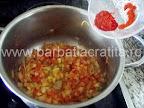 Ciorba de salata verde cu smantana preparare reteta - punem boiaua de ardei