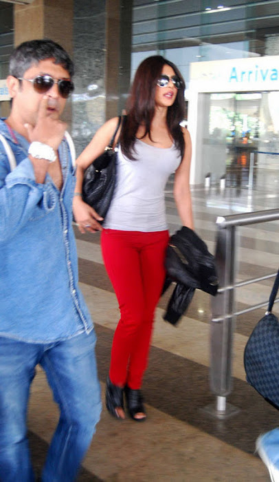 priyanka chopra candid at mumbai international airport