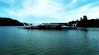 Balsa cruzando o Rio Uruguai entre Porto Xavier e San Javier.