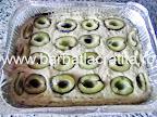 Prajitura cu prune si nuca preparare reteta - in tava, inainte de a o introduce in cuptor