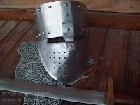yelmo normando con espada