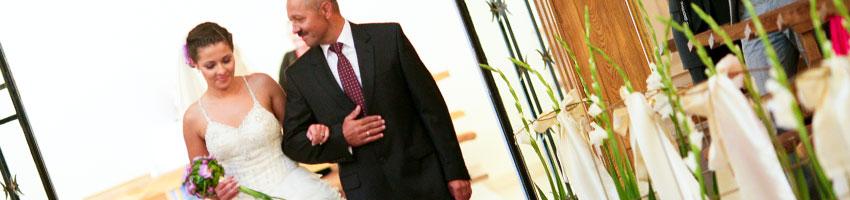 Ojciec prowadzi córkę do ślubu w kościele