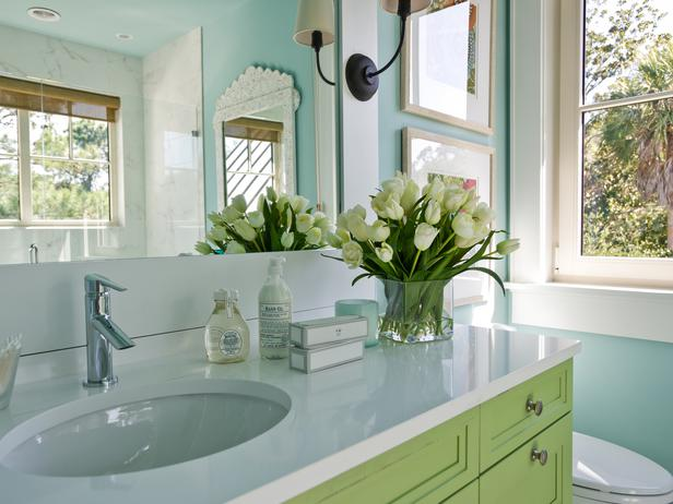 It S A Little Touch Of The Caribbean Says Interior Designer Linda Woodrum The Blue Green Walls Suggest The Beautiful Water Of The Beaches In The