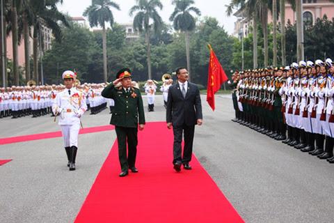 Bộ trưởng Quốc phòng Phùng Quang Thanh và người đồng cấp Malaysia Hishammuddin Tun Hussien duyệt đội danh dự. (Ảnh QĐND)