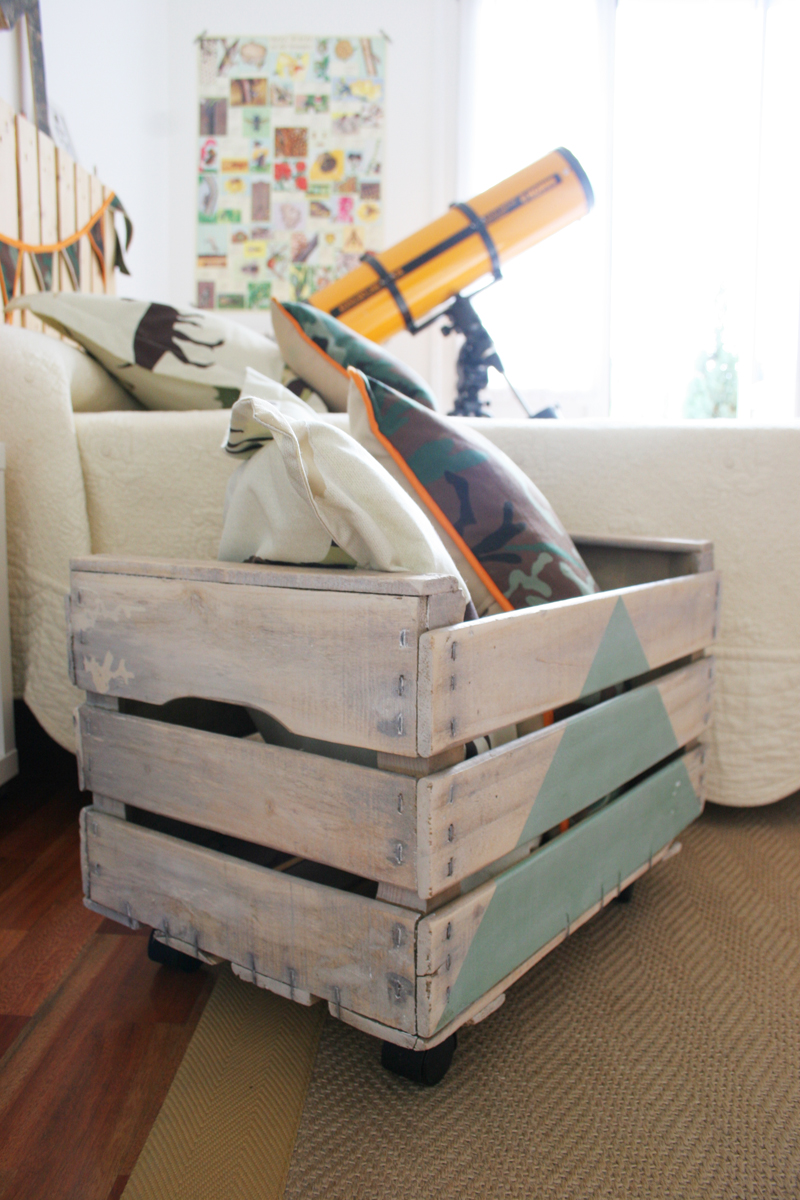 Decorar en familia: Diy juguetero con caja de fruta de madera11