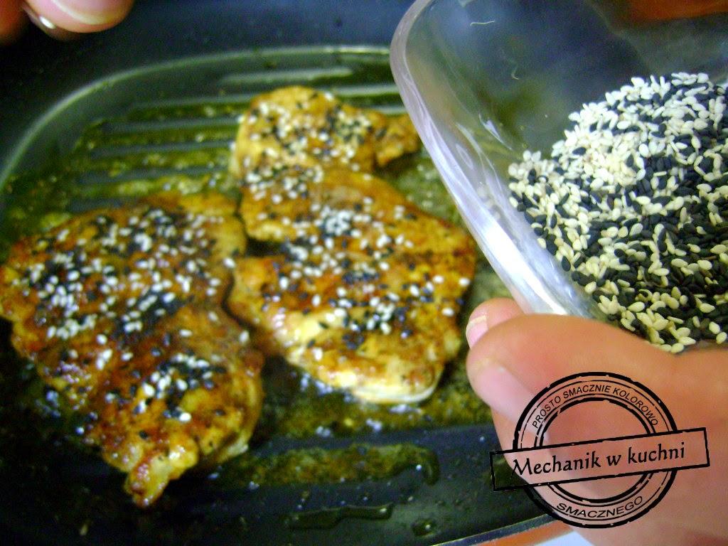 Drobiowe udka a'la Mechanik w kuchni smażenie filetu z udka smarowanie miodem i posypanie sezamem białym i czarnym