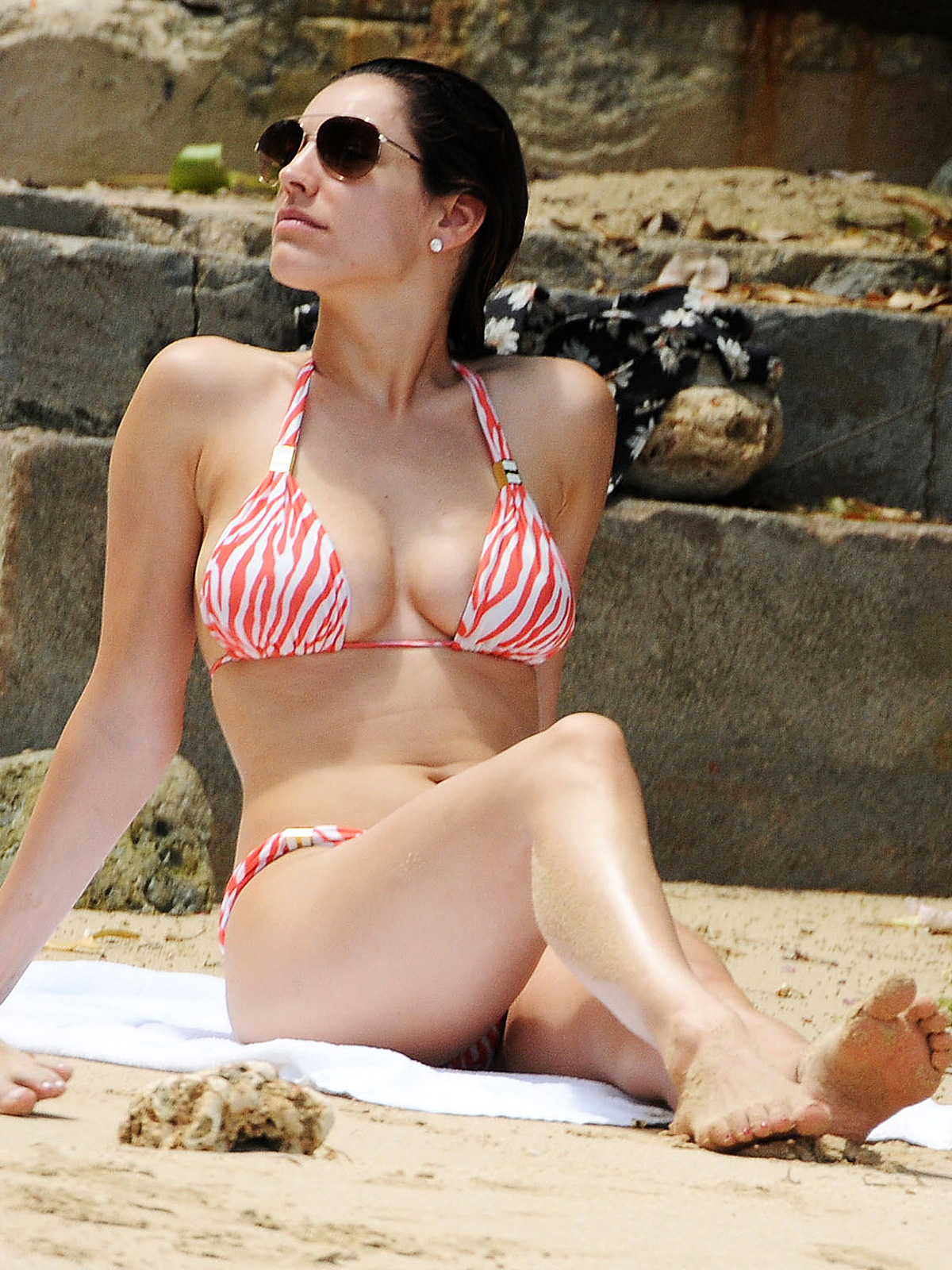 http://2.bp.blogspot.com/-8LAkOD-XiBA/Ta7545io3PI/AAAAAAAABvo/yVHw4eKKp0I/s1600/kelly-brook-barbados-bikini-01.jpg