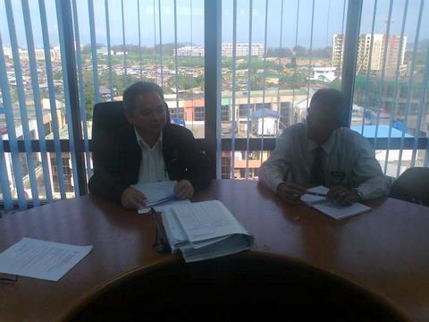 En Abd Rahman bersama Penolong Pengarah Jabatan Hal Ehwal Kesatuan Cawangan Sabah,Tn Jexican