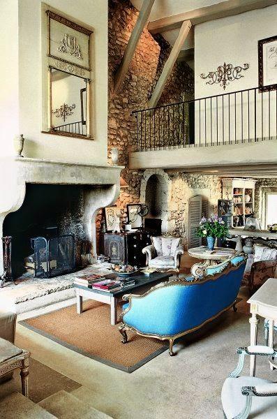 salón de casa de campo con chimenea de piedra antigua