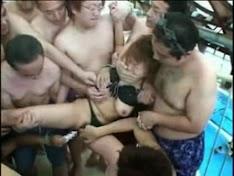 Hiếp dâm tập thể trong hồ bơi