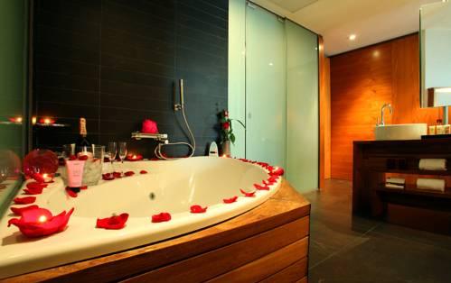 Viajar a barcelona habitaci n con jacuzzi privado en el for Hoteles romanticos en madrid con piscina o jacuzzi privado